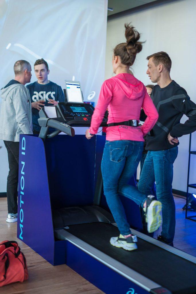 ASICS Motion ID wspiera biegaczy