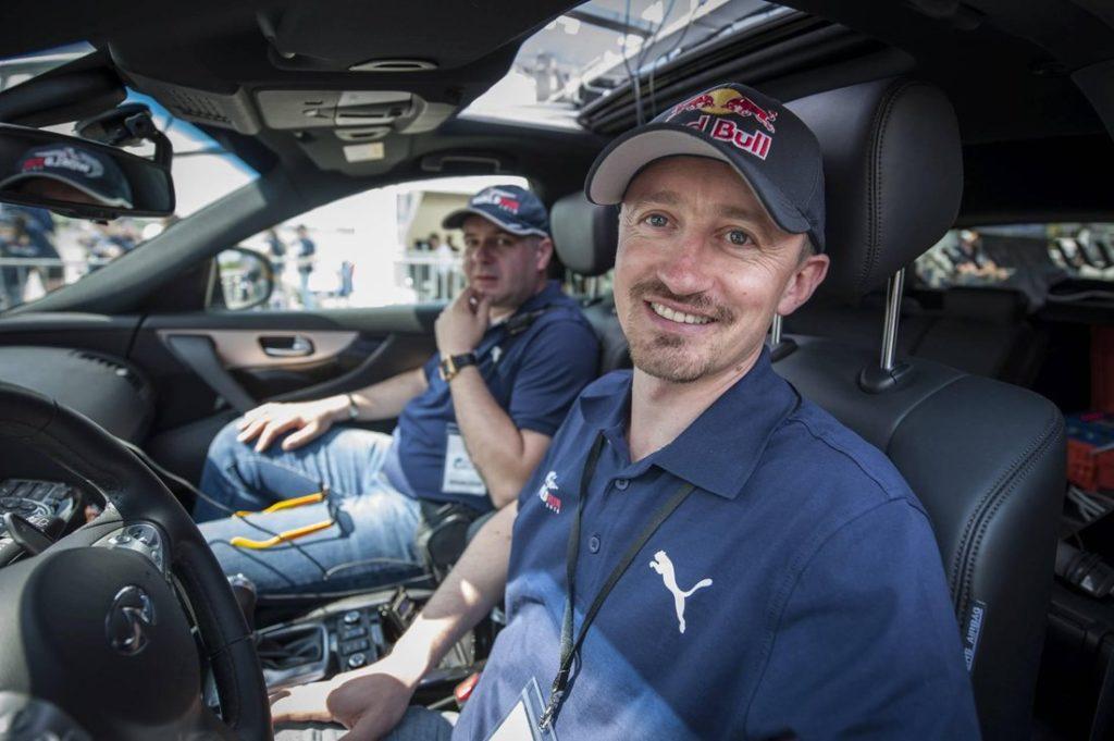 Adam Małysz za kierownica samochodu pościgowego Wings for Life