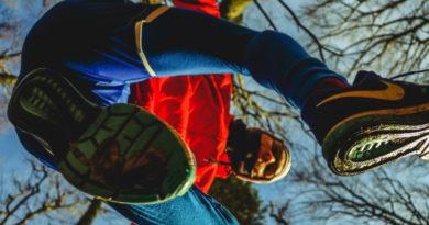 Jaki sprzęt do biegania, gdy na zewnątrz zimno i mokro? Zobacz propozycje popularnych biegowych marek